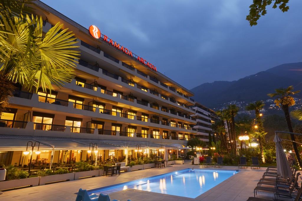 aussenansicht-abend-pool-01-ramada-hotel-arcadia-locarno